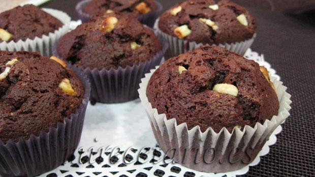 Magdalenas de chocolate negro rellenas de chocolate blanco.