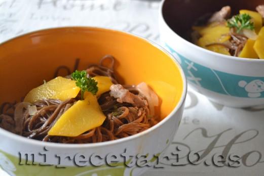 Noodles con melocotón y ternasco